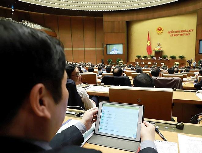 Đại biểu Quốc hội tra cứu tài liệu qua máy tính bảng Ảnh 8