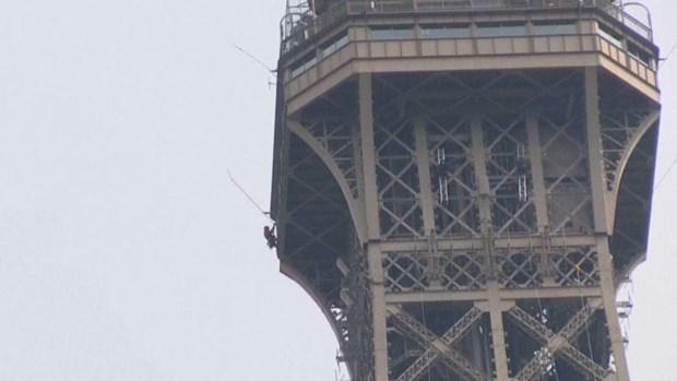 Pháp: Tháp Eiffel đóng cửa do một đối tượng tìm cách trèo lên Ảnh 1