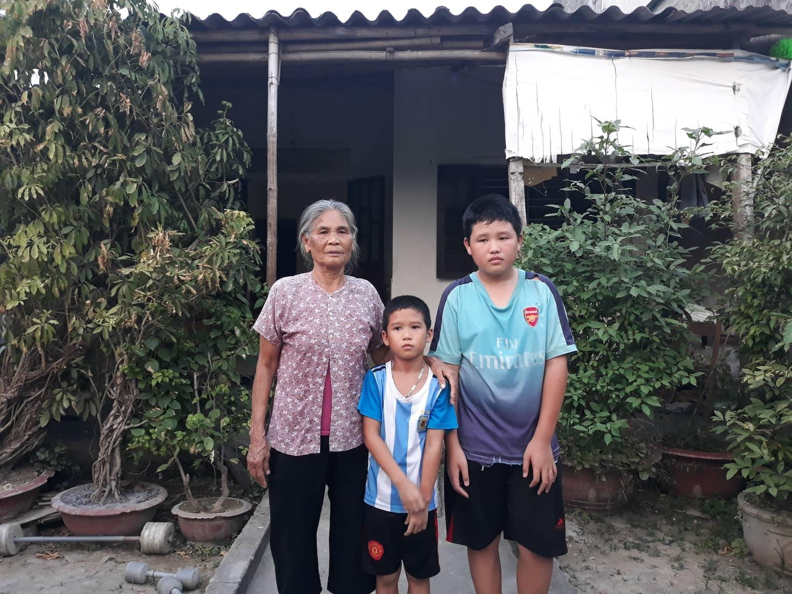 Quặn lòng cảnh bà ngoại già yếu nuôi hai cháu mồ côi Ảnh 2