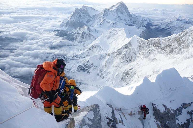 Ùn tắc trên đỉnh Everest, 2 người thiệt mạng vì chờ quá lâu Ảnh 1