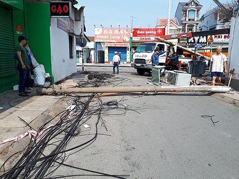 Kinh hoàng hàng loạt trụ điện đổ giữa đường nhiều người thoát chết Ảnh 6