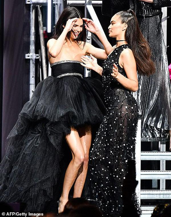 Dàn siêu mẫu 'thác loạn' nhiệt tình trong tiệc thời trang hậu Cannes Ảnh 10