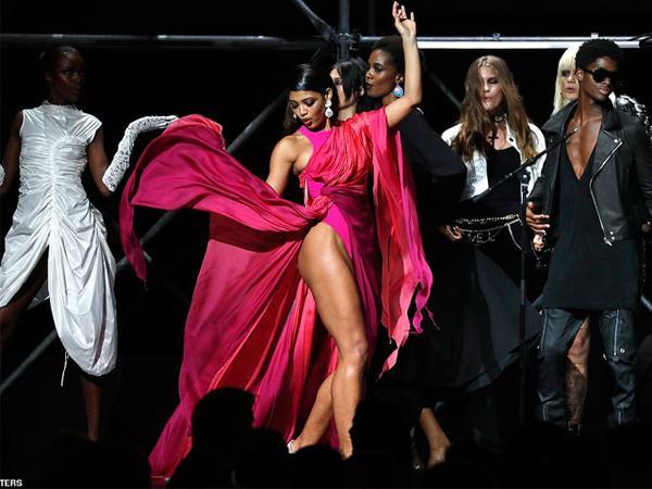 Dàn siêu mẫu 'thác loạn' nhiệt tình trong tiệc thời trang hậu Cannes Ảnh 13