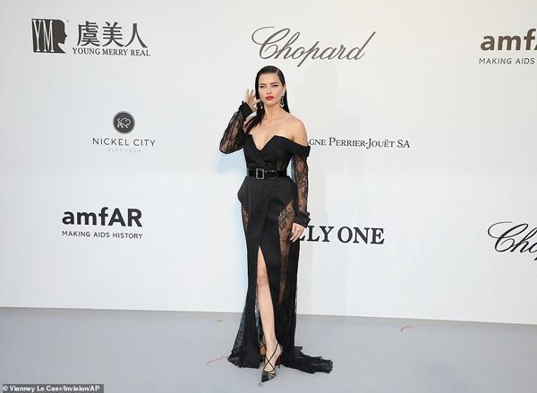 Dàn siêu mẫu 'thác loạn' nhiệt tình trong tiệc thời trang hậu Cannes Ảnh 3