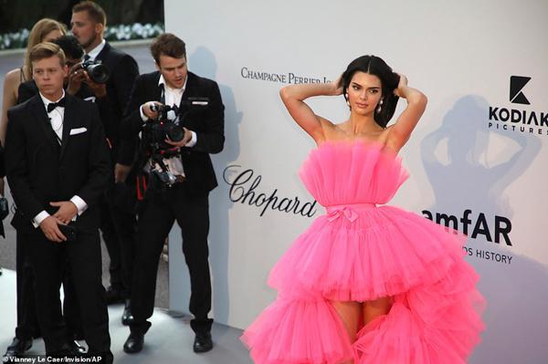 Dàn siêu mẫu 'thác loạn' nhiệt tình trong tiệc thời trang hậu Cannes Ảnh 1