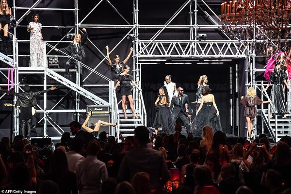Dàn siêu mẫu 'thác loạn' nhiệt tình trong tiệc thời trang hậu Cannes Ảnh 11