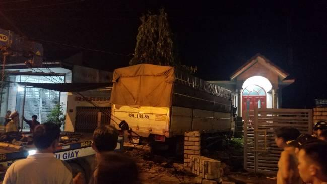 Xe tải tông sập tường rào nhà dân, khiến 4 người bị thương Ảnh 1