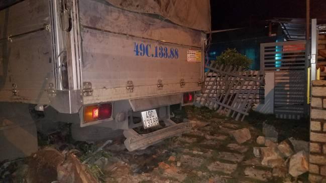 Xe tải tông sập tường rào nhà dân, khiến 4 người bị thương Ảnh 3
