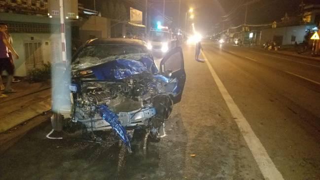 Xe tải tông sập tường rào nhà dân, khiến 4 người bị thương Ảnh 2