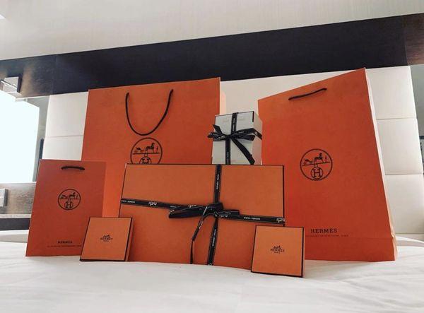 Đâu thua chị kém em, Hari Won cũng được chồng mua hàng hiệu, chất ngập giường Ảnh 1
