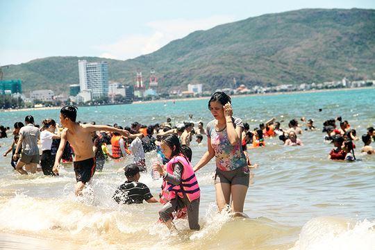 Đội nắng đổ xô ra biển Quy Nhơn tắm 'xả xui' Tết Đoan ngọ Ảnh 6