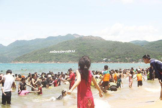 Đội nắng đổ xô ra biển Quy Nhơn tắm 'xả xui' Tết Đoan ngọ Ảnh 5