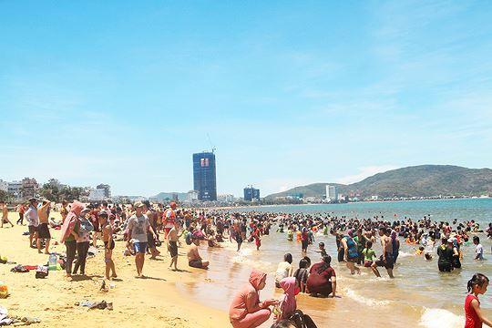 Đội nắng đổ xô ra biển Quy Nhơn tắm 'xả xui' Tết Đoan ngọ Ảnh 3