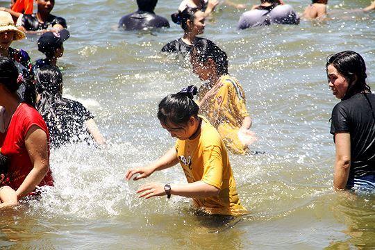 Đội nắng đổ xô ra biển Quy Nhơn tắm 'xả xui' Tết Đoan ngọ Ảnh 7