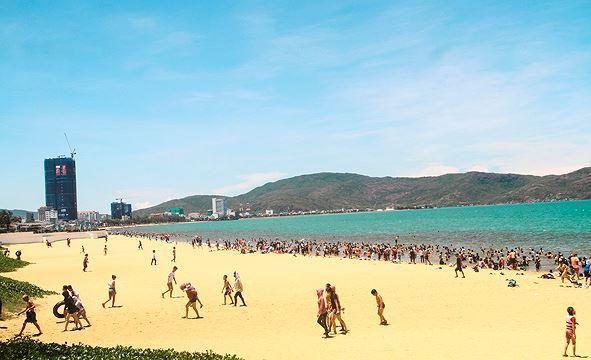Đội nắng đổ xô ra biển Quy Nhơn tắm 'xả xui' Tết Đoan ngọ Ảnh 8