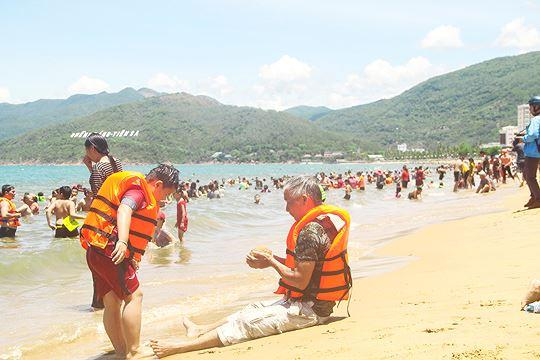 Đội nắng đổ xô ra biển Quy Nhơn tắm 'xả xui' Tết Đoan ngọ Ảnh 1