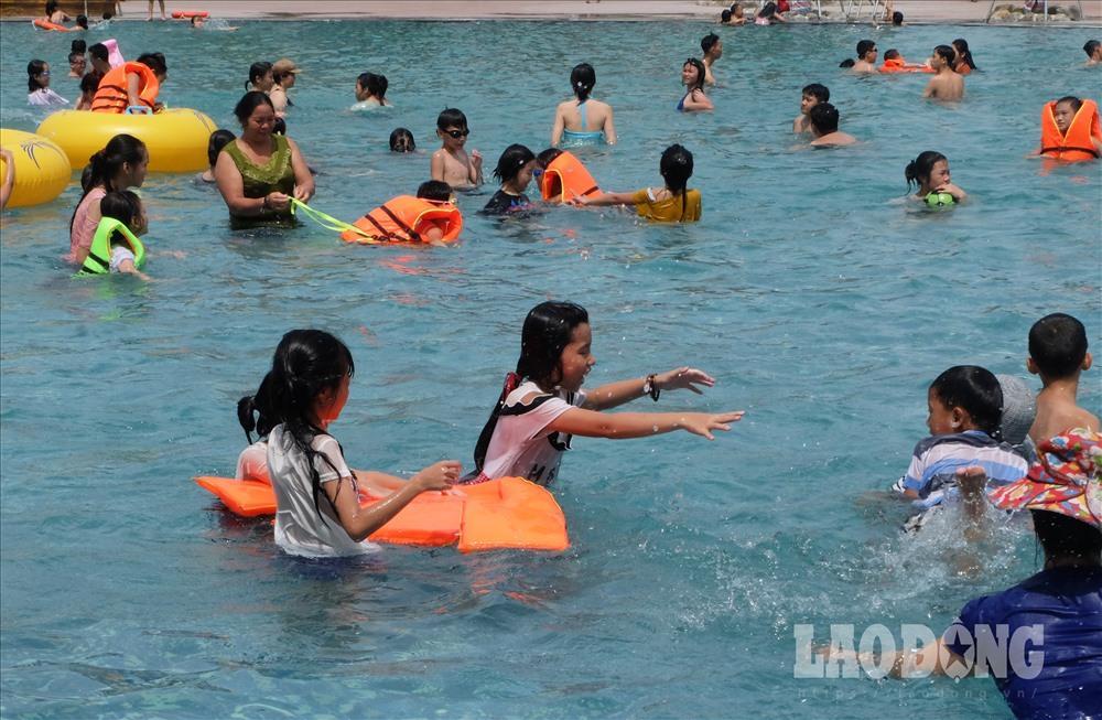 Người Hà Nội kéo nhau đi giải nhiệt ở công viên nước hiện đại nhất Thủ đô Ảnh 12