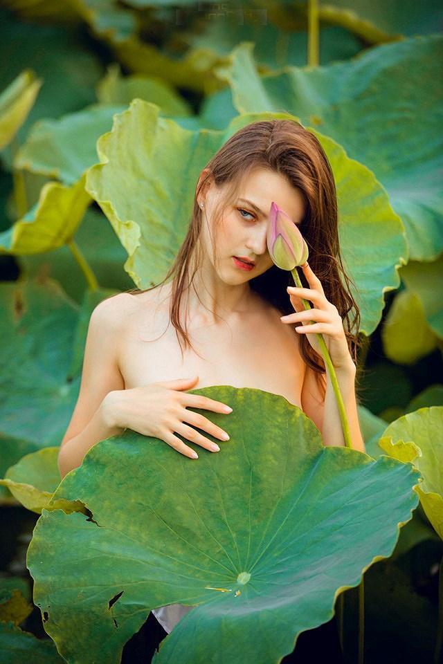 Dân mạng mê mẩn với bộ ảnh của cô gái Tây chụp bên đầm sen Ảnh 12