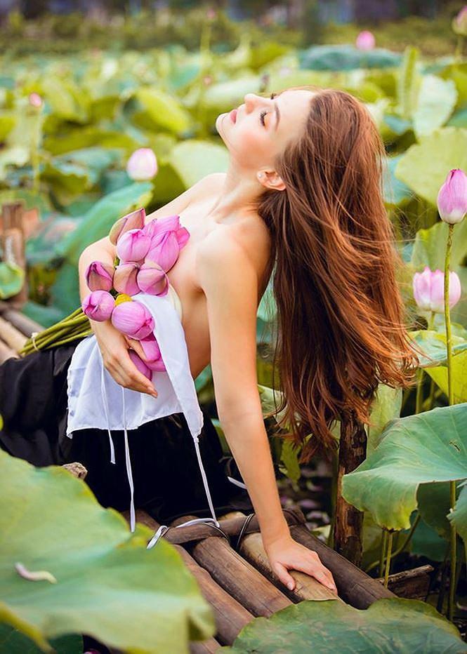 Dân mạng mê mẩn với bộ ảnh của cô gái Tây chụp bên đầm sen Ảnh 8