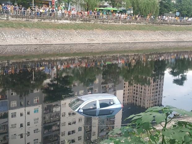 Hà Nội: Ôtô bốn chỗ bất ngờ lao xuống sông Tô Lịch Ảnh 1