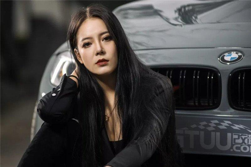 Mỹ nữ áo đen lạnh lùng khoe dáng bên xế độ BMW Ảnh 1