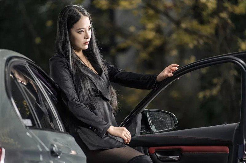 Mỹ nữ áo đen lạnh lùng khoe dáng bên xế độ BMW Ảnh 3