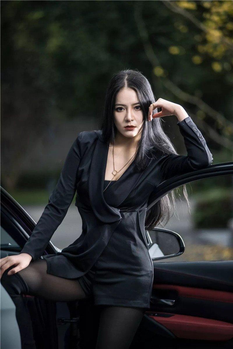 Mỹ nữ áo đen lạnh lùng khoe dáng bên xế độ BMW Ảnh 4