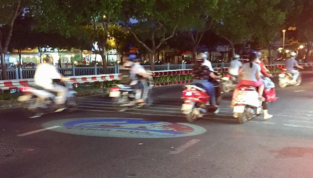 Cảnh báo tai nạn do đèn led rọi xuống đường quảng cáo Ảnh 1