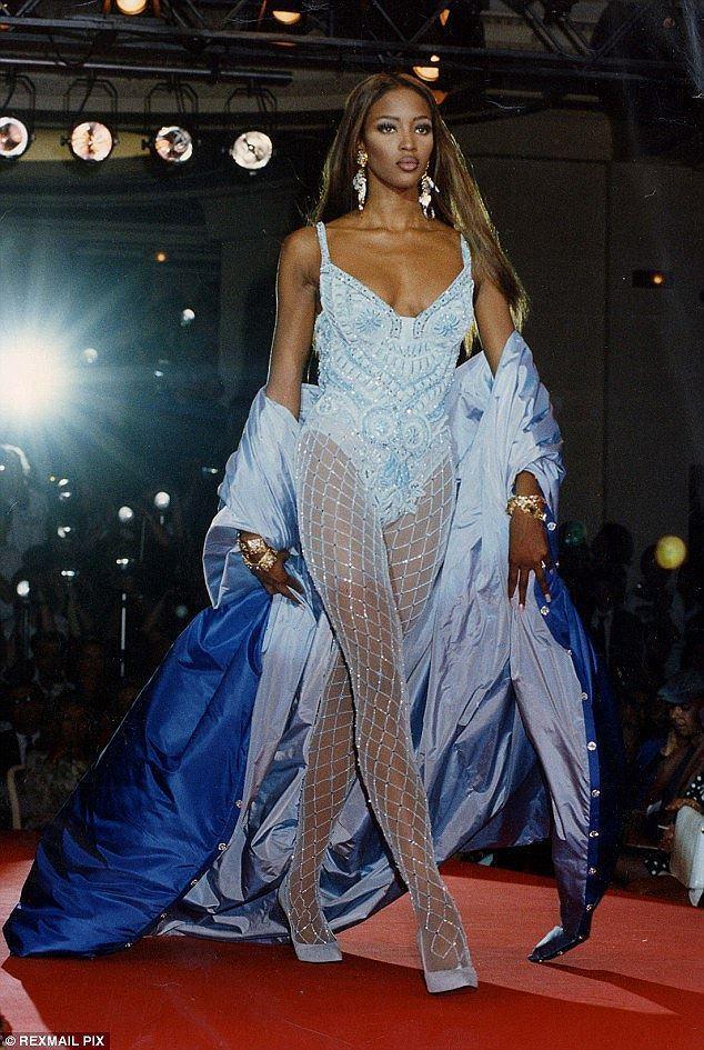 'Báo đen' Naomi Campbell khỏa thân trên sa mạc ở tuổi 49 Ảnh 6