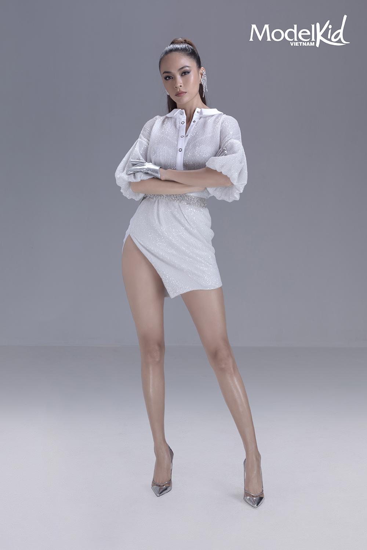 Á hậu Mâu Thủy khoe chân dài, đọ dáng cùng dàn HLV Model Kid Vietnam Ảnh 8