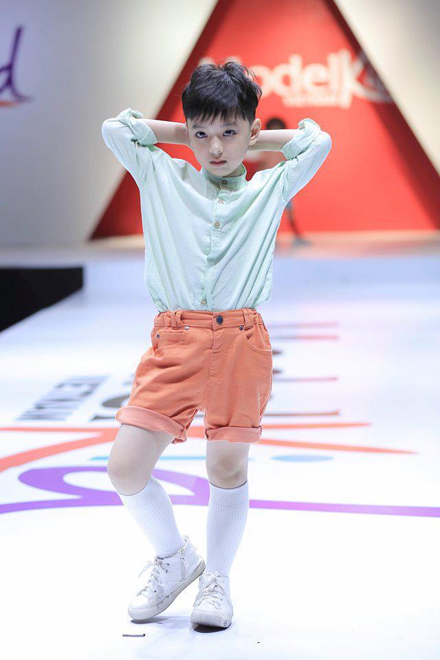 Á hậu Mâu Thủy khoe chân dài, đọ dáng cùng dàn HLV Model Kid Vietnam Ảnh 12