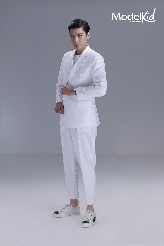 Á hậu Mâu Thủy khoe chân dài, đọ dáng cùng dàn HLV Model Kid Vietnam Ảnh 10