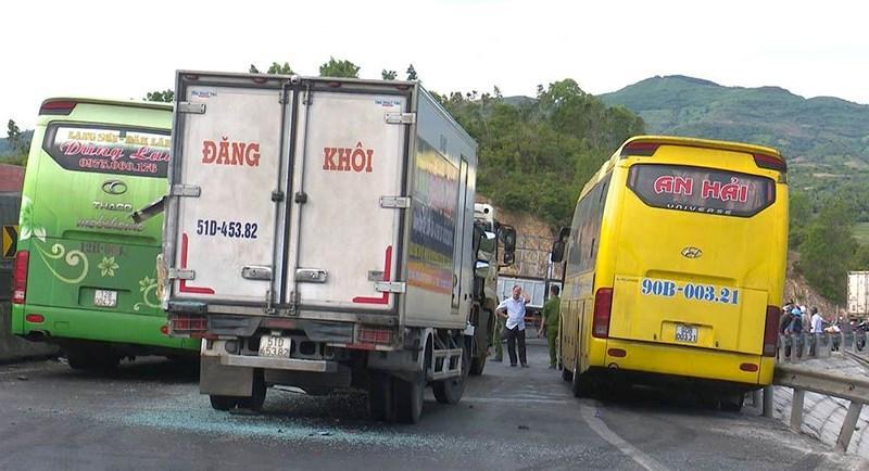Ô tô tải mất lái khi đổ đèo gây tai nạn cho 5 xe khác Ảnh 4