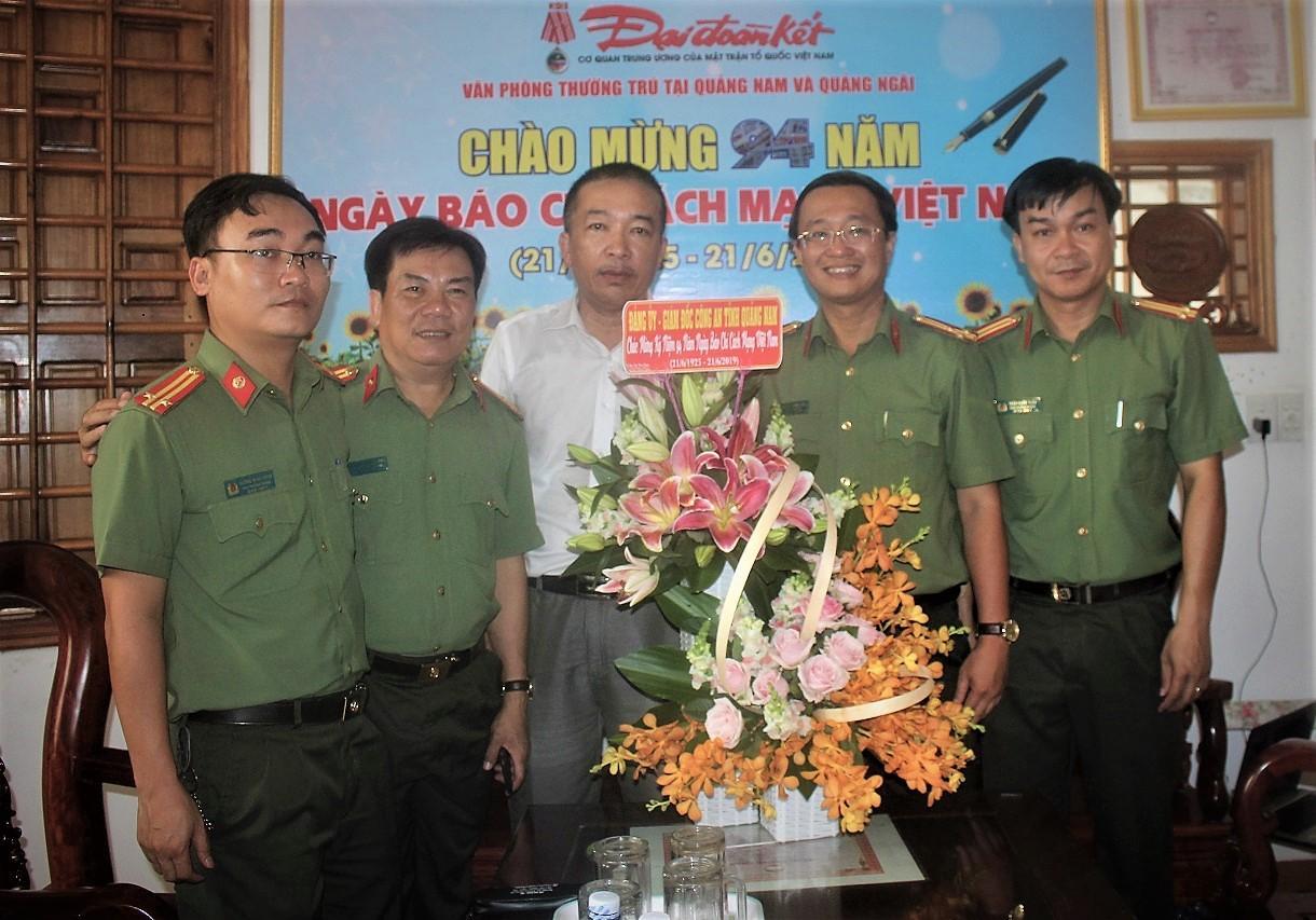 Nhiều đoàn khách thăm Văn phòng báo Đại Đoàn Kết tại Quảng Nam, Quảng Ngãi nhân ngày 21-6 Ảnh 4