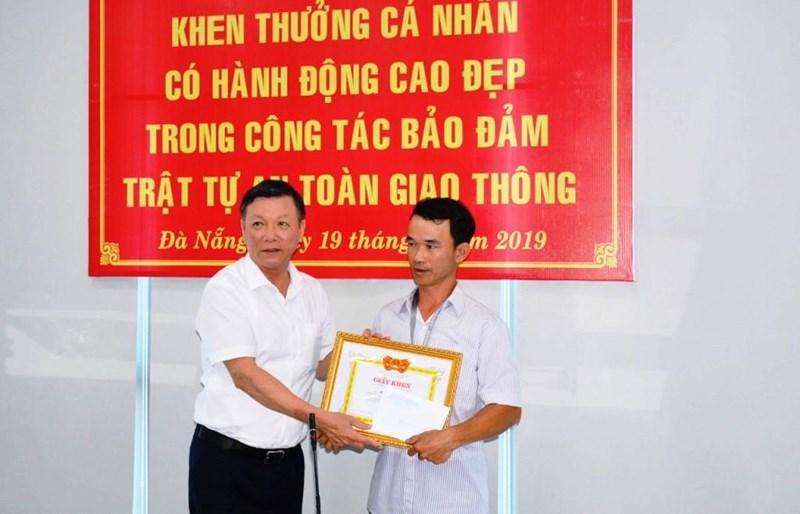Khen thưởng người đục cục bê tông trên đường ở Đà Nẵng Ảnh 2