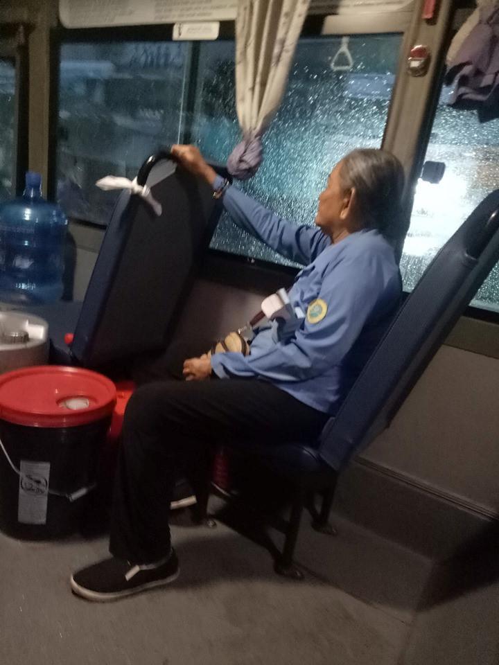 Cô tiếp viên xe buýt giúp cụ già ve chai mượn 1 triệu: 'Sài Gòn không yêu sao được' Ảnh 1