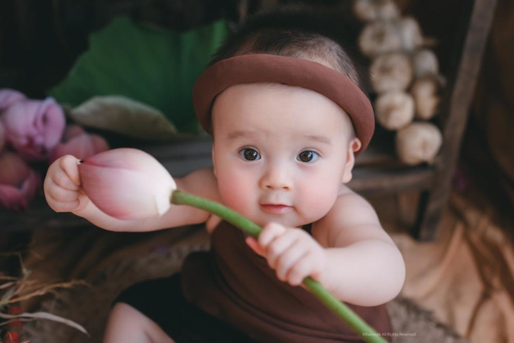Bộ ảnh em bé bên hoa sen 'đốn tim' ngàn người xem Ảnh 1