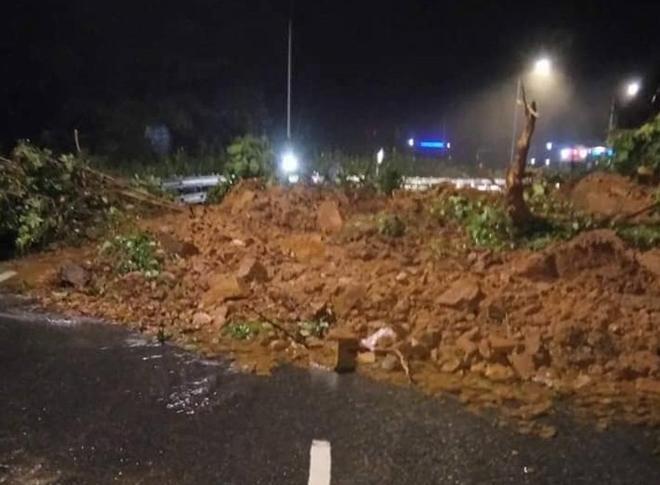Lở đất trên đèo Bảo Lộc, hàng trăm phương tiên bị 'chôn chân' Ảnh 1