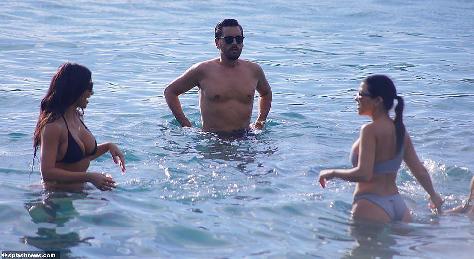 Chị cả nhà Kardashian 'thiêu đốt' bãi biển trong kỳ nghỉ cùng gia đình Ảnh 12