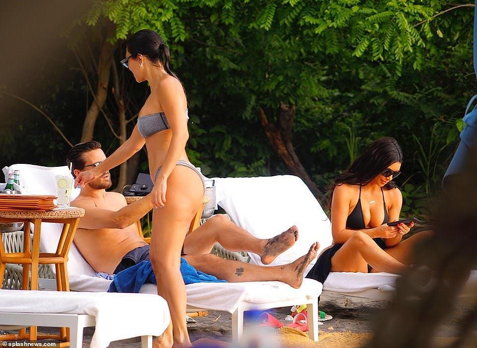 Chị cả nhà Kardashian 'thiêu đốt' bãi biển trong kỳ nghỉ cùng gia đình Ảnh 1