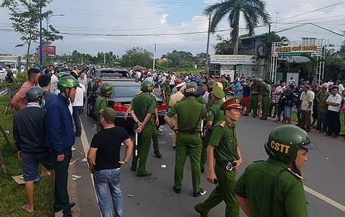 Tạm đình chỉ 2 cán bộ công an bị giang hồ bao vây trên xe ở Đồng Nai Ảnh 1