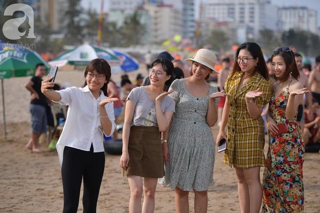 Nắng nóng như chảo lửa, hàng ngàn du khách vẫn chen chúc nhau tắm biển Sầm Sơn Ảnh 14