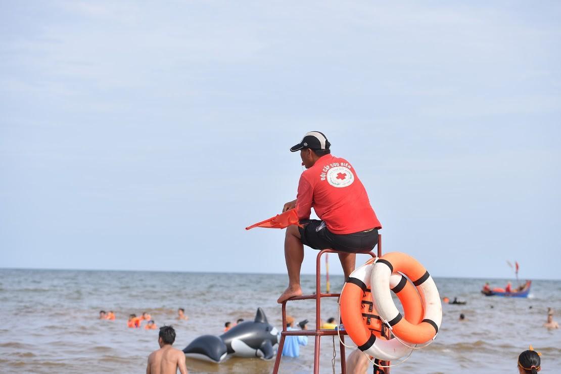 Nắng nóng như chảo lửa, hàng ngàn du khách vẫn chen chúc nhau tắm biển Sầm Sơn Ảnh 19