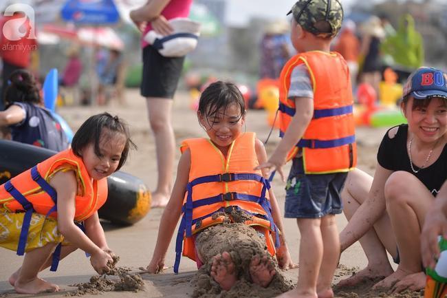 Nắng nóng như chảo lửa, hàng ngàn du khách vẫn chen chúc nhau tắm biển Sầm Sơn Ảnh 18