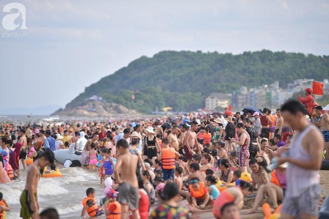 Nắng nóng như chảo lửa, hàng ngàn du khách vẫn chen chúc nhau tắm biển Sầm Sơn Ảnh 4