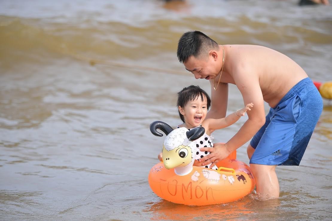 Nắng nóng như chảo lửa, hàng ngàn du khách vẫn chen chúc nhau tắm biển Sầm Sơn Ảnh 12