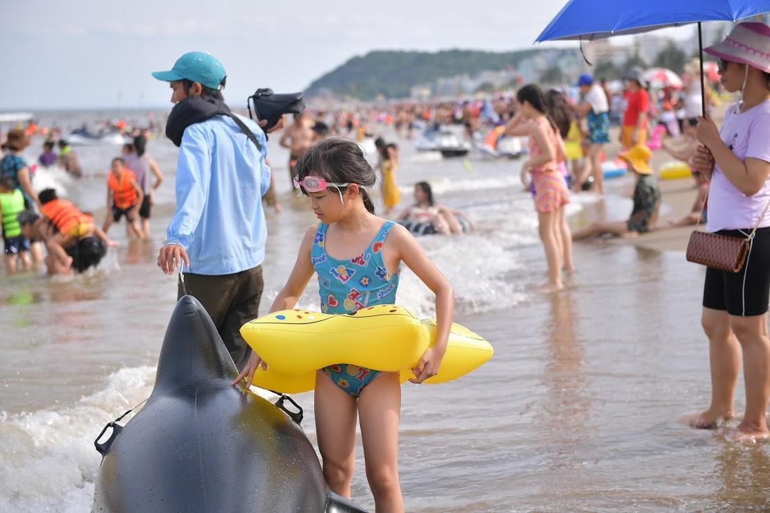 Nắng nóng như chảo lửa, hàng ngàn du khách vẫn chen chúc nhau tắm biển Sầm Sơn Ảnh 13