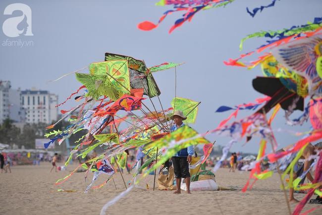 Nắng nóng như chảo lửa, hàng ngàn du khách vẫn chen chúc nhau tắm biển Sầm Sơn Ảnh 16
