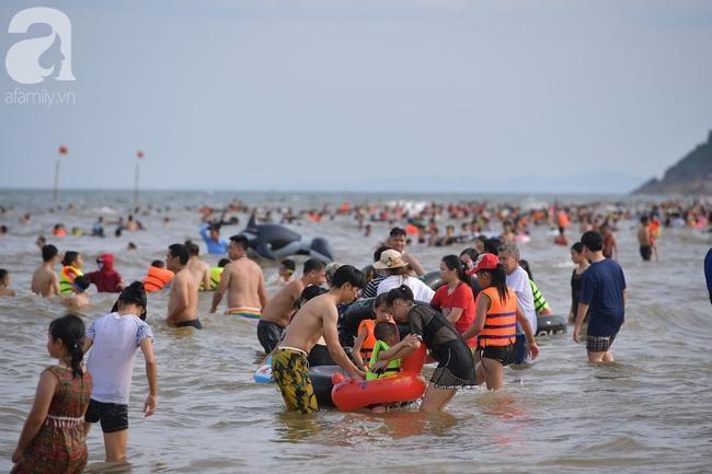 Nắng nóng như chảo lửa, hàng ngàn du khách vẫn chen chúc nhau tắm biển Sầm Sơn Ảnh 6