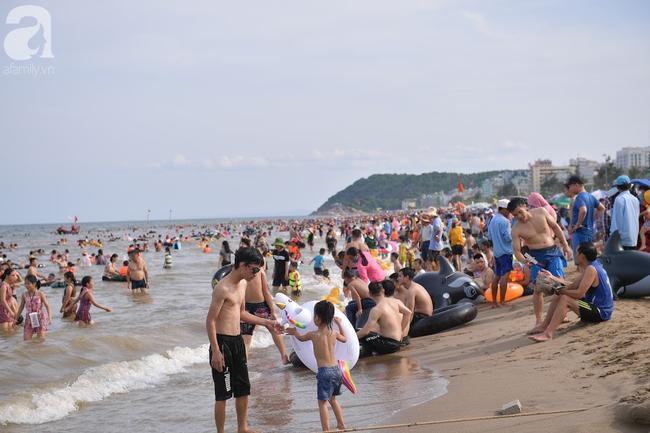 Nắng nóng như chảo lửa, hàng ngàn du khách vẫn chen chúc nhau tắm biển Sầm Sơn Ảnh 5